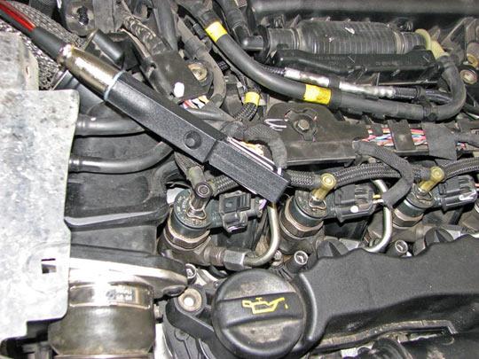 Установка токовых клещейCTi на один из электрических проводов, по которым осуществляется управление топливной форсункой CommonRail