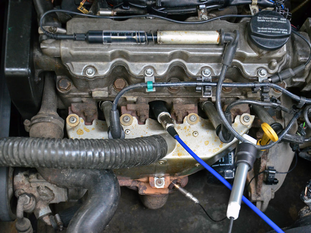 ДатчикдавленияPxвкручен в свечное отверстие двигателя с 2-мя клапанами на цилиндр